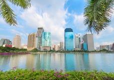 Ville moderne tropicale avec des palmiers et lac sur l'avant Image stock
