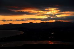 Ville Nakhodka, Extrême Orient de coucher du soleil photo stock