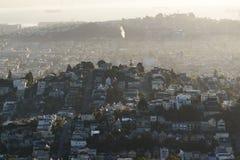 Ville natale sur la vue maximale à San Francisco, bâtiments dans la brume Images stock