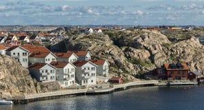 Ville nichée entre la mer et les roches Photo stock