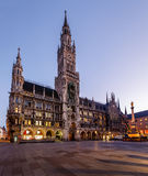 Ville nouvelle Hall et Marienplatz à Munich à l'aube Image stock