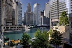 Ville par la rivière Chicago photographie stock libre de droits