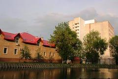 Ville par le fleuve Photographie stock libre de droits