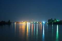 Ville par le fleuve la nuit Photographie stock libre de droits
