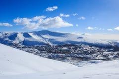 Ville polaire russe avec des maisons de panneau en montagnes de Khibiny d'hiver Images stock