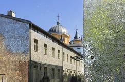 Ville polonaise Lodz, rue intéressante avec des bâtiments de miroir Photos stock