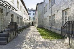 Ville polonaise Lodz, rue intéressante avec des bâtiments de miroir Photographie stock libre de droits