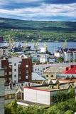 Ville portuaire, maisons et bateaux industriels contre le ciel bleu et la belle nature photo stock