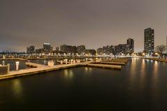 Ville rêveuse par un port Photos libres de droits