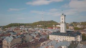 Ville a?rienne Lviv, Ukraine Ville europ?enne Secteurs populaires de la ville H?tel de ville clips vidéos