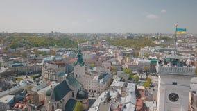 Ville a?rienne Lviv, Ukraine Ville europ?enne Secteurs populaires de la ville H?tel de ville banque de vidéos