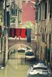 Ville romantique de Venise au coucher du soleil avec trois gondoliers sur l'eau images stock