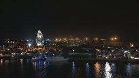 Ville rougeoyante de nuit sur le fond de l'océan, vue d'un revêtement de croisière tout en voyageant, beau clips vidéos
