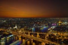 Ville Scape, panorama de Chao Praya River Vue de rivière donnant sur le pont de Phra Phuttha Yodfa ou pont et Wat Arun commémorat photographie stock