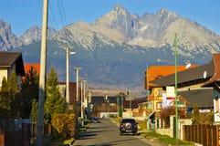 Ville sous des montagnes Images libres de droits