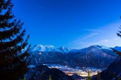 Ville suisse de montagne d'Alpes par nuit Image stock