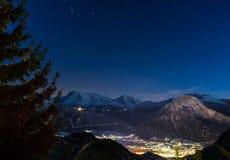 Ville suisse de montagne d'Alpes par nuit Images libres de droits