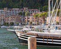Ville sur le policier de lac, Italie images libres de droits