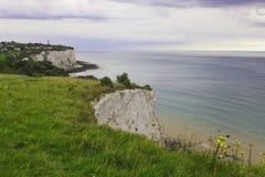 Ville sur une falaise près du port de Douvres Image libre de droits