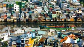 Ville surchargée, maison de rive chez le Vietnam Photo libre de droits