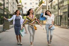 Ville traversante heureuse de marche d'amis après l'achat Images libres de droits