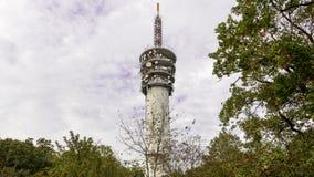 Ville TV et émetteur radioélectrique caché parmi les arbres et les buissons Images stock