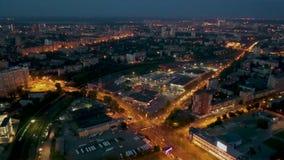 Ville unique Russie d'Iekaterinbourg de survol Illumination égalisante colorée de nuit Centre d'Eltsyn à l'horizon de fond clips vidéos