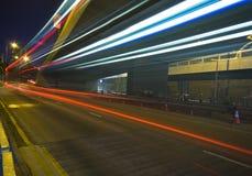 Ville urbaine moderne avec la circulation d'autoroute la nuit Image libre de droits