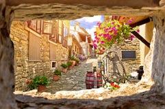 Ville vue en pierre colorée de rue de bourdonnement de vieille par la fenêtre en pierre Photos libres de droits