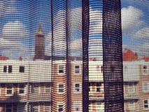 Ville vue par les rideaux nets Photographie stock libre de droits