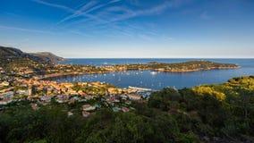 Villefranche-sur-Mer und Heilig-Jean-Kappe-Ferrat im Sommer bei Sonnenuntergang Französisches Riviera, Provence-Alpes-Taubenschla stockbild