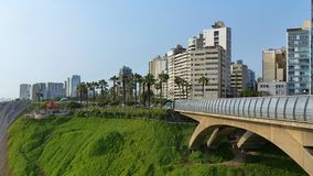 Villenaen Rey Bridge och att parkera av förälskelse i Lima, Peru royaltyfri fotografi