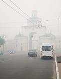 Villes de la Russie centrale dans la fumée Photos stock
