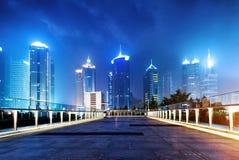Villes des gratte-ciel la nuit Photographie stock libre de droits