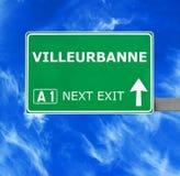 VILLEURBANNE-Verkehrsschild gegen klaren blauen Himmel lizenzfreies stockbild