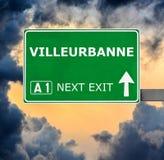 VILLEURBANNE-Verkehrsschild gegen klaren blauen Himmel stockfotos