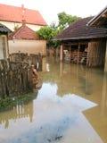 Villkor av huset med en gård efter floder Arkivfoton