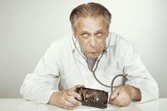 Villkor för doktor för drev för hård diskett kontrollerande av öppnad 3,5' drev med phonendoscope Arkivbilder
