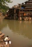 Villlagers tvagning längs floden varje dag Arkivbild