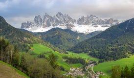 Villnösser Tal/Val di Funes fjädrar in royaltyfri bild