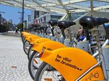 Villofietsen in de fiets worden geparkeerd die post op straat delen die Openbaar vervoer in Brussel stock afbeelding