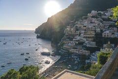 Villor i det Positano slutet upp, stad på det Tyrrhenian havet, Amalfi kust, Italien, hotell- och vandrarhembegrepp, hav med skep royaltyfri foto