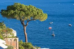 Villor i det Positano slutet upp, stad p? det Tyrrhenian havet, Amalfi kust, Italien, hotell- och vandrarhembegrepp, hav med skep arkivfoto