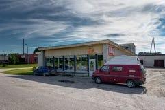 VILNA, LITUANIA - agosto de 2018: Estacionamiento rojo de Volkswagen T4 delante de un supermercado pequeño y viejo imágenes de archivo libres de regalías