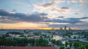 Vilna, Lituania - circa junio de 2017: Puesta del sol en Vilna céntrico, time lapse almacen de metraje de vídeo