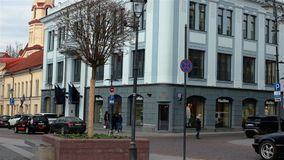 Vilna, Lituania - 11 de abril de 2019: Turistas y residentes locales en las calles de la ciudad vieja de Vilna almacen de video