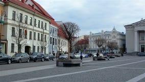 Vilna, Lituania - 11 de abril de 2019: Turistas y residentes locales en las calles de la ciudad vieja de Vilna almacen de metraje de vídeo