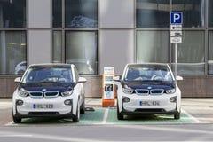Vilna, Lituania - 2 de agosto de 2016: Estación de carga del coche eléctrico con dos coches en el centro de ciudad Imagenes de archivo