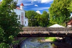 VILNA, LITUANIA - 11 DE AGOSTO DE 2016: Río que fluye más allá del distrito de Uzupis, una vecindad de Vilnele en Vilna, situado  fotos de archivo