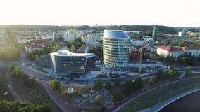 VILNA, LITUANIA - 6 DE AGOSTO DE 2018: Distrito financiero lituano con el edificio verde de Pasillo y de Barclays en fondo almacen de metraje de vídeo